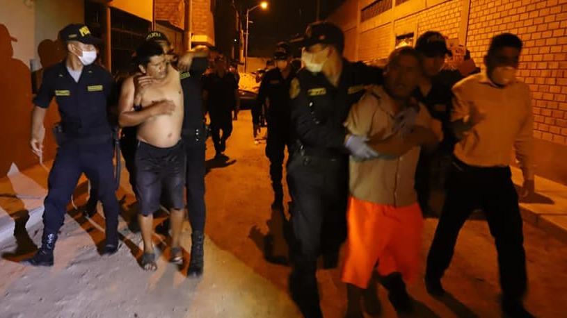 La Policía intervino una vivienda en donde un grupo de personas bebía licor, pese al toque de queda.