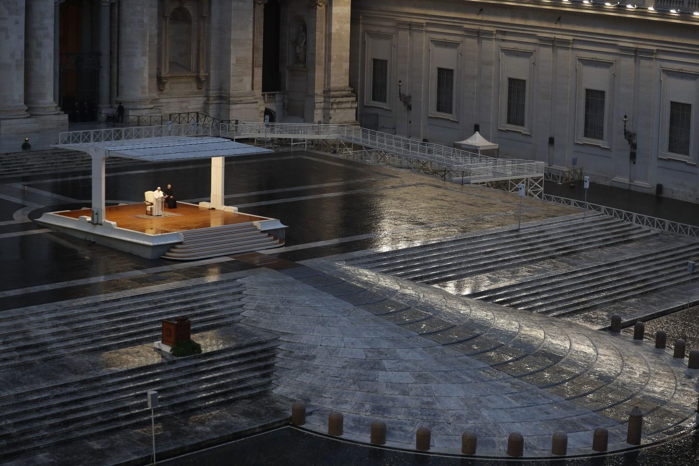 En una plaza desierta, envuelta en silencio y mojada por la lluvia incesante, Jorge Bergoglio regaló a los fieles católicos del mundo una ceremonia inédita, una homilía y una bendición posterior que los creyentes católicos tuvieron que seguir a través de los medios de comunicación.