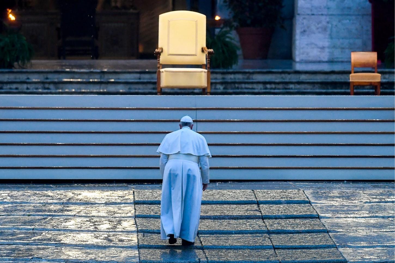 La Santa Sede ha ordenado el cierre hasta el 3 de abril de la plaza y la basílica de San Pedro, como medida de precaución ante la propagación de esta pandemia, que ha dejado ya al menos cinco casos positivos en el interior del Vaticano.