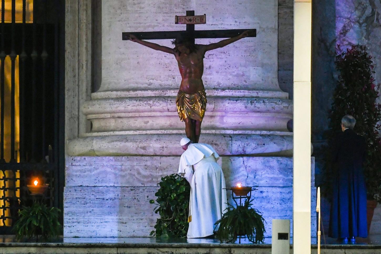 La ceremonia sin precedentes en el Vaticanocomenzó a las 18.00 hora local (mediodía de Perú), cuando el papa se dirigió en silencio desde las escaleras de la plaza vaticana hacia el sagrado, donde ofreció una homilía.