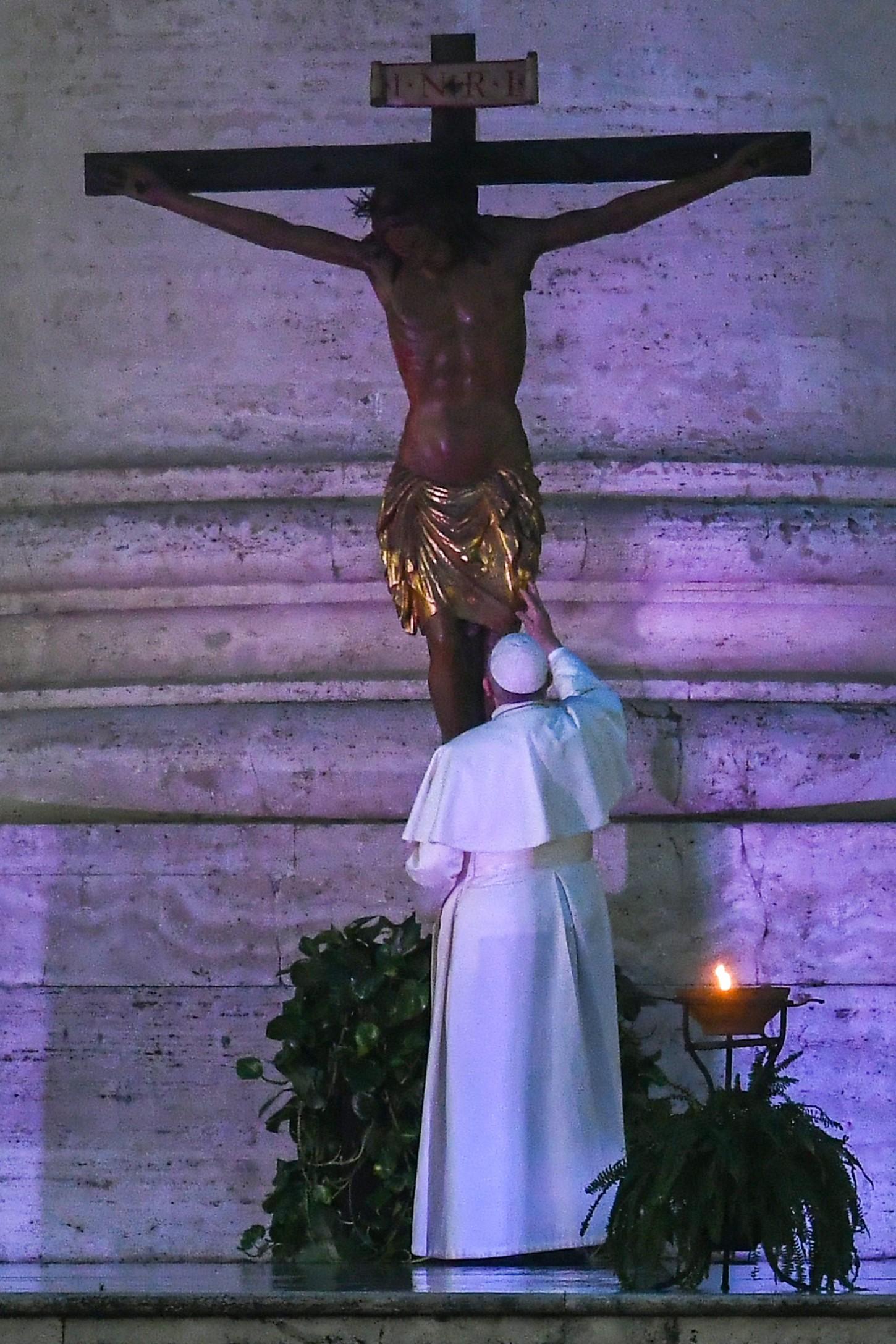 Después, se acercó despacio hacia la puerta central de la basílica del Vaticano para rezar ante la imagen de la Virgen Salus Populi Romani, que habitualmente se guarda en la Basílica de Santa María la Mayor, como y también el Cristo crucificado de la Iglesia de San Marcello, al que el pontífice rezó el pasado 16 de marzo dejando una fotografía memorable, un paseo por una Roma vacía, con sus gentes confinadas en sus casas.