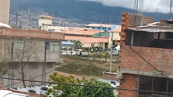 Personas retenidas, un herido, disparos y hasta una explosión que desató una columna de humo negro, visible desde los exteriores del penal de Ayacucho, se registra en este centro penitenciario.