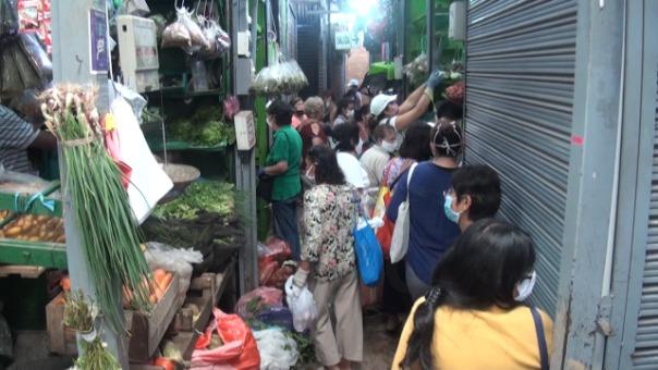 Vecinos de Surco se aglomeran en mercados.