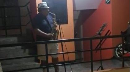 El profesor de música deleita todos los días a sus vecinos con la melodía de su saxofón.