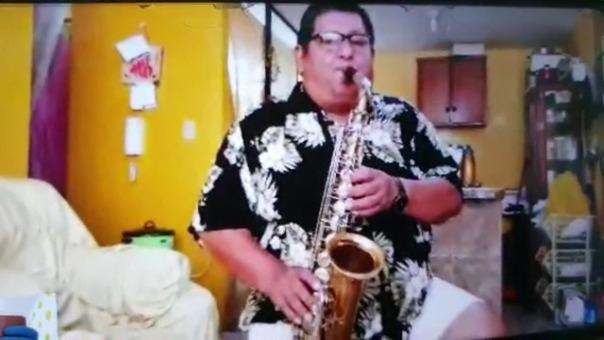 El profesor de música alienta a los vecinos a permanecer en sus viviendas durante la cuarentena.