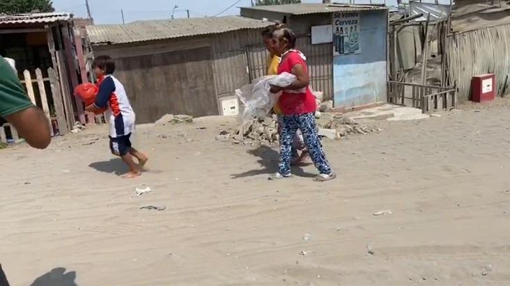 Una adulta mayor del Grupo 4 bajó sola a la 'Falda' para solicitar víveres. El niño carga la bolsa que le entregaron.
