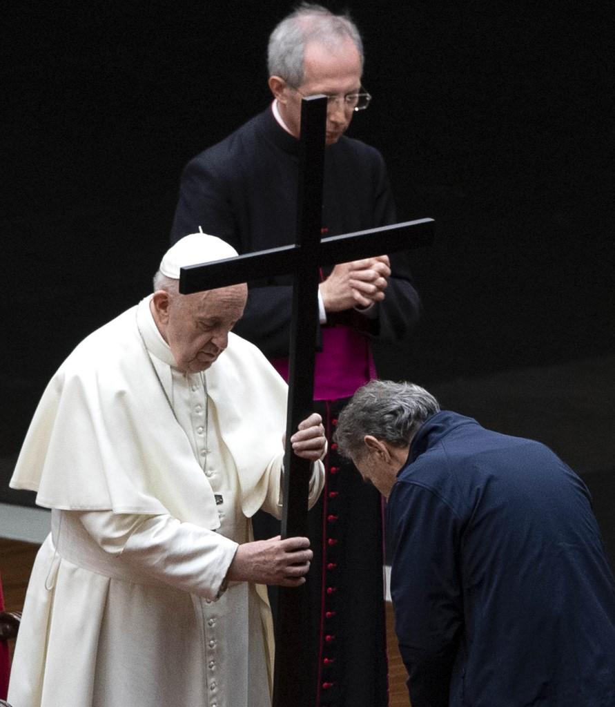 Los portadores de la Cruz comenzaron el recorrido en el obelisco y fueron avanzando hacia el sagrado, donde se encontraba el papa Francisco.