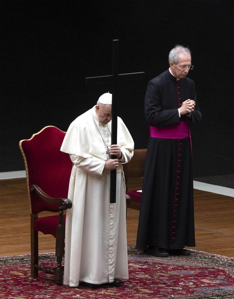 El papa Francisco rezó una breve oración para que la humanidad no sucumba a la oscuridad: