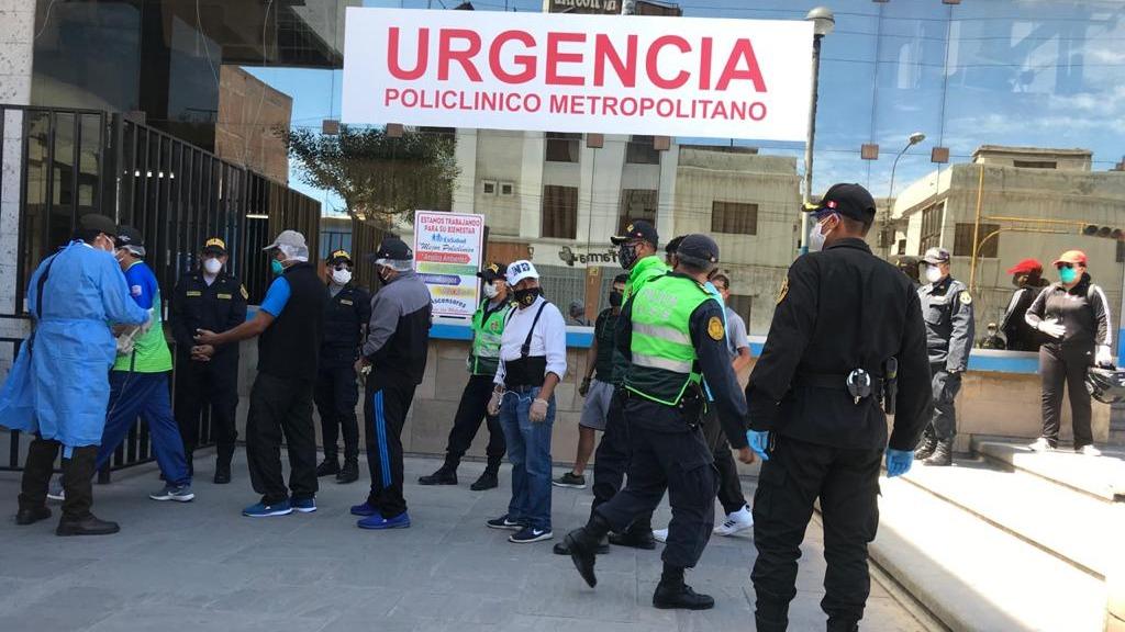 Policías de la  DINOES y USE fueron a realizarse la prueba de descarte al Hospital Metropolitano.