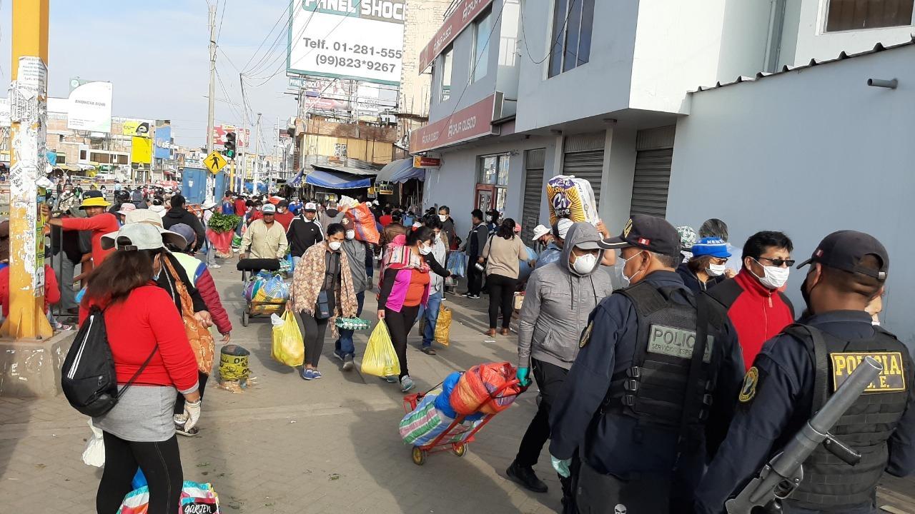 La gran aglomeración de personas impide que la policía tome el control.