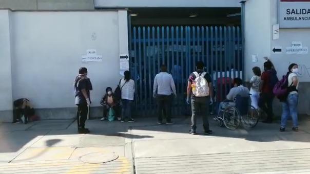 Personas hacen colas en los exteriores de hospitales.