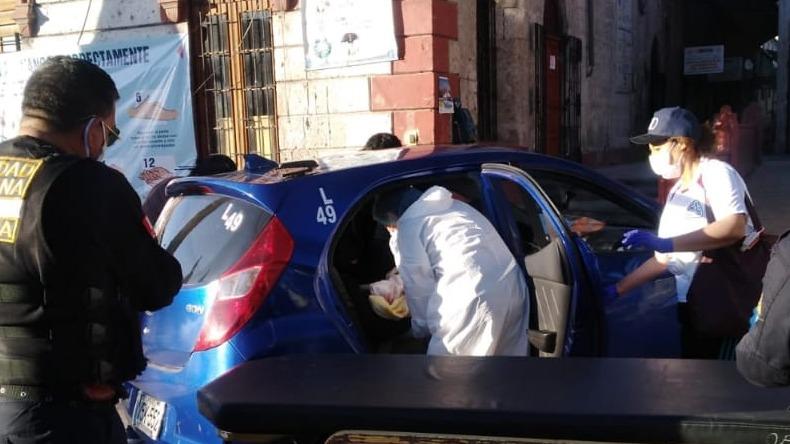 Madre que alumbró a su bebé en taxi es ingresada al hospital Goyeneche