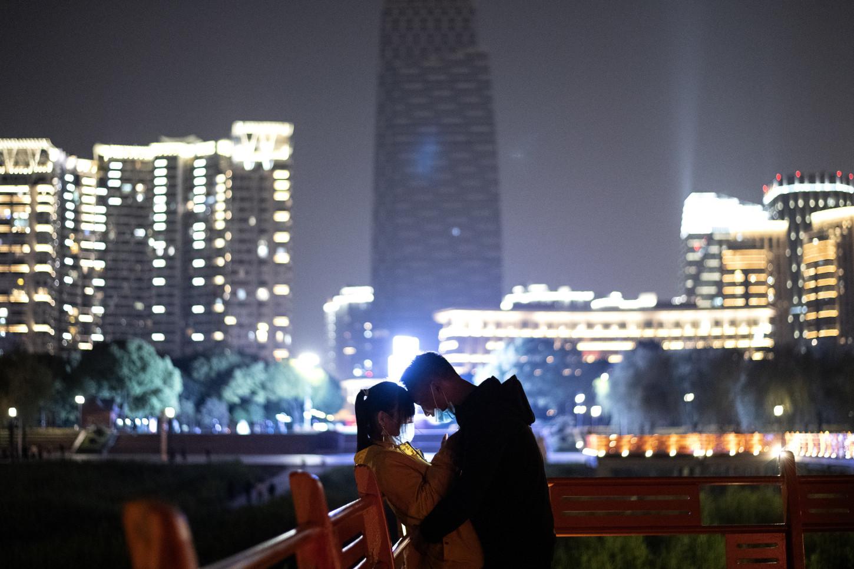 Fotos de boda, baños en el lago, pícnics: la vida vuelve despacio a Wuhan, la ciudad china donde surgió la epidemia de COVID-19, aunque habrá que esperar para recuperar completamente la normalidad.