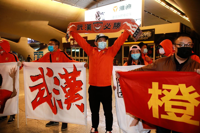 Wuhan Zall, el equipo chino de la Súper Liga del epicentro de la pandemia de coronavirus, hizo un regreso emocional a la ciudad después de más de tres meses separados de sus familias.