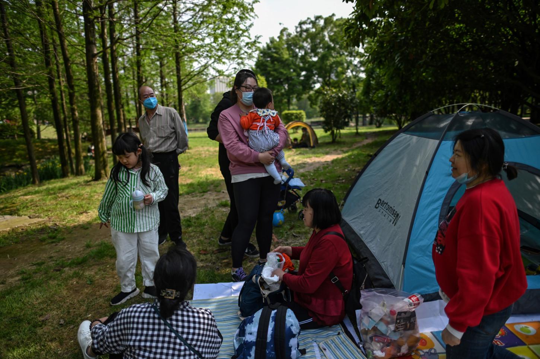 Una familia pasa un día al aire libre en el Parque Forestal Ma'snshan en Wuhan, en la provincia central china de Hubei.