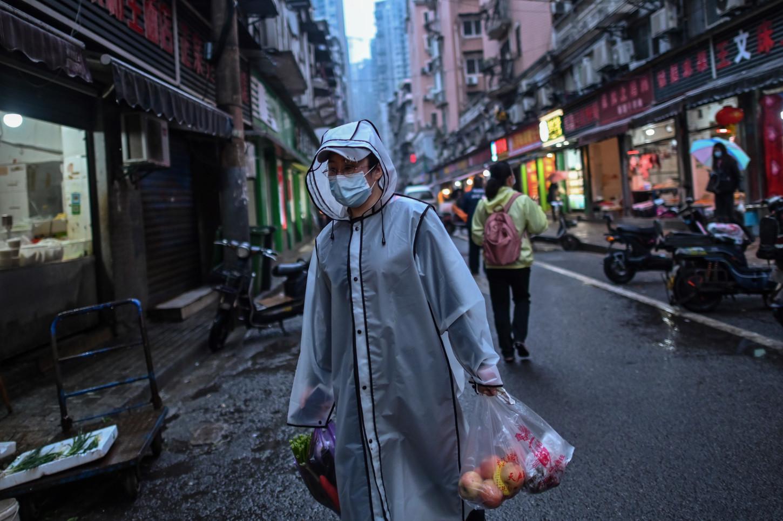 Vendedores de mercado, propietarios de cafés... Muchos afirman a la AFP que el cierre de Wuhan hundió las ventas y disparó los precios de los alquileres.