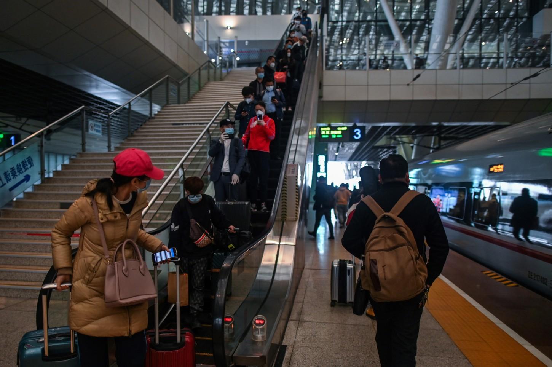 Los usuarios de metro por su parte deben escanear con su teléfono móvil un código QR para que puedan ser localizados en caso de que entren en contacto con un enfermo.
