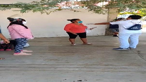 Uno de los turistas, Roger Rivera, dijo que en la región de Tumbes hay cerca de 200 personas, entre ellos niños y mujeres. Ellos requieren retornar a sus lugares de origen como Yurimaguas, Tacna, Arequipa, Lima, entre otros.