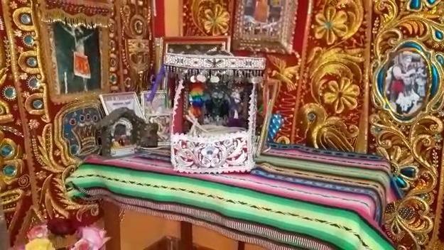 La familia armó un altar en honor al Señor de Qoyllur Riti.