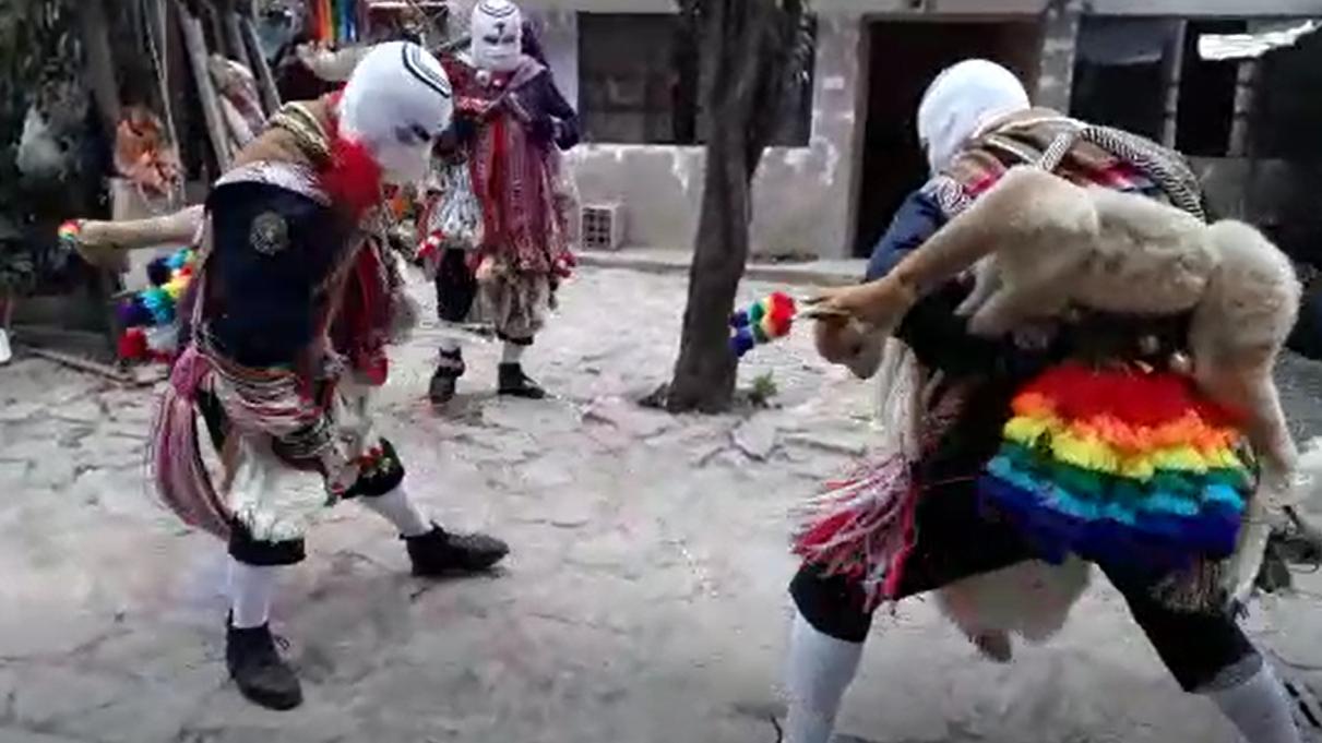 Los Wiñaccori Quispe visten los tradicionales trajes de su comparsa.