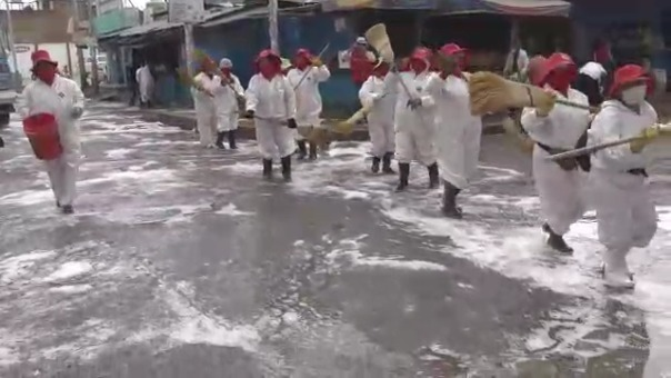 Alrededor de 30 trabajadoras de limpieza de la Municipalidad Distrital de Chilca en Huancayo desinfectaron las calles de la ciudad mientras cantaban y bailaban al ritmo de Santiago, un baile tradicional del Valle del Mantaro.