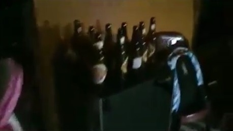 En la vivienda se encontraron varias botellas de cerveza y la música en alto volumen.