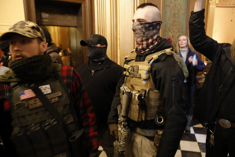 Manifestantes, incluidos algunos que portaban armas, ingresaron el jueves al edificio del legislativo en el estado estadounidense de Michigany exigieron que el gobernador demócrata levante las estrictas órdenes de confinamiento por el coronavirus, mientras algunos legisladores se pusieron chalecos antibalas.