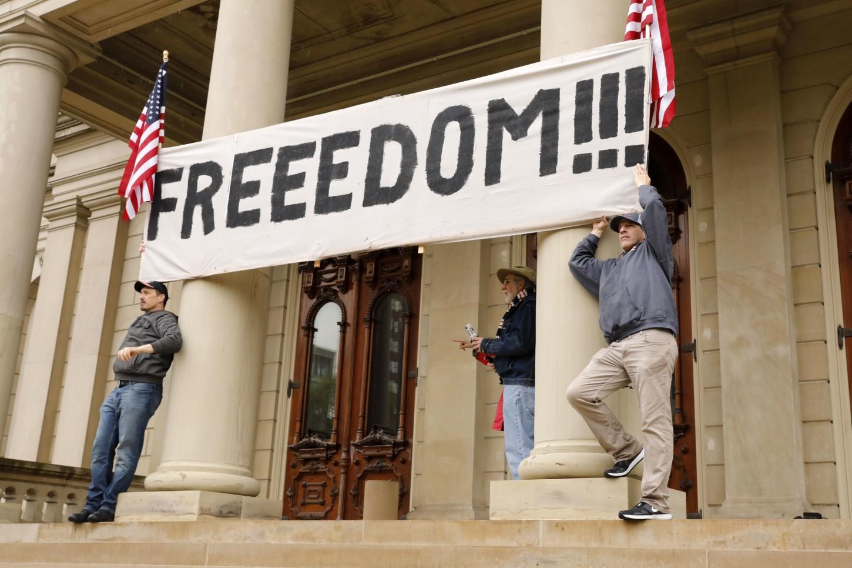 La protesta se produce un día después de que un tribunal de Michigan dictaminó que las directivas de permanencia en el hogar emitidas por Gretchen Whitmer el 24 de marzo no violan los derechos constitucionales de los residentes, según informes de medios locales.