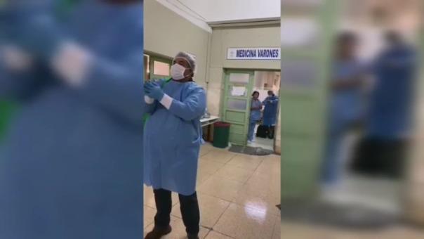 Un video muestra el momento en que dos policías, que vencieron al nuevo coronavirus, piden bendiciones al personal del hospital.