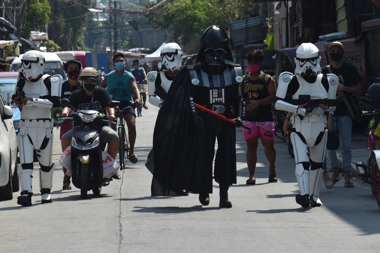 La gente está feliz de ver algo nuevo en las calles desiertas, aunque sean las temidas tropas de asalto del Imperio.