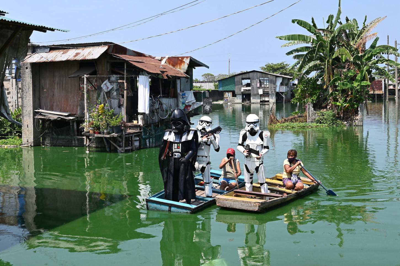 En otro lugar del barrio, se pudo ver a otra misión desplazándose en una canoa sobre las inundadas calles en busca también de infractores, con ayuda de sus espadas láser.