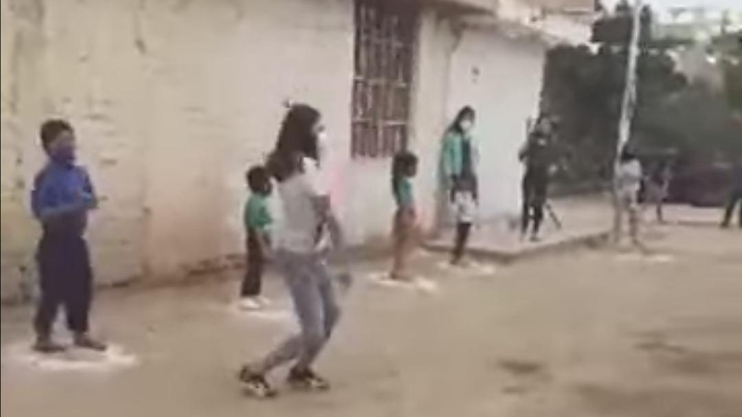 Niños bailan respetando distancia social