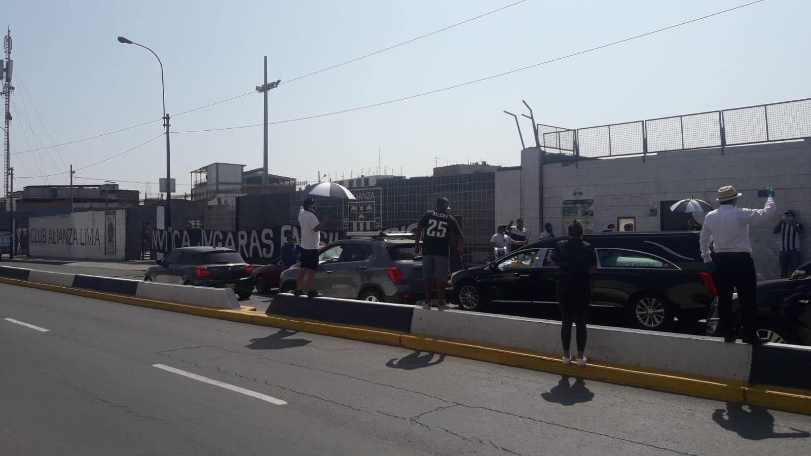 Los restos del exdelantero nacional 'Perico' León fueron paseados por los exteriores del estadio Alejandro Villanuea