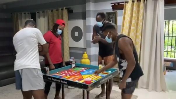 Usain Bolt juega ludo con sus amigos, pero toma precauciones