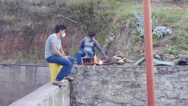 Los trabajadores hierven eucalipto en una cocina de leña para prevenir los resfríos.