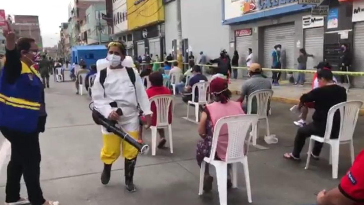 Los comerciantes son desinfectados antes de ser sometidos a las pruebas rápidas