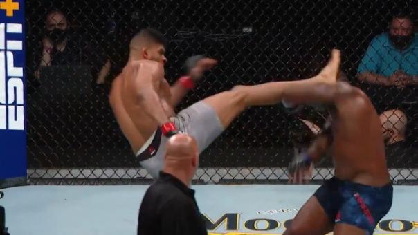 Alistair Overeem conecta una patada en la cabeza de Harris durante UFC Fight Night