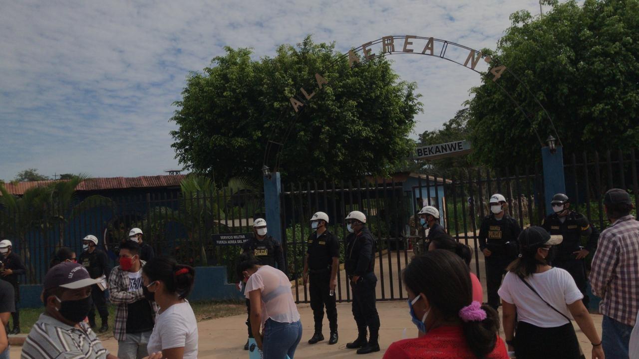 Padres protestan por conocer estado de salud de sus hijos, reclutas de la FAP