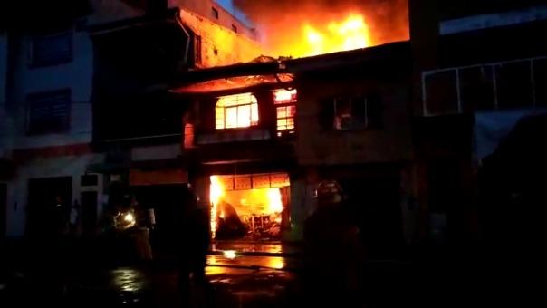 Tras una hora y media de espera, llegaron al lugar varias unidades de bomberos para controlar el incendio.