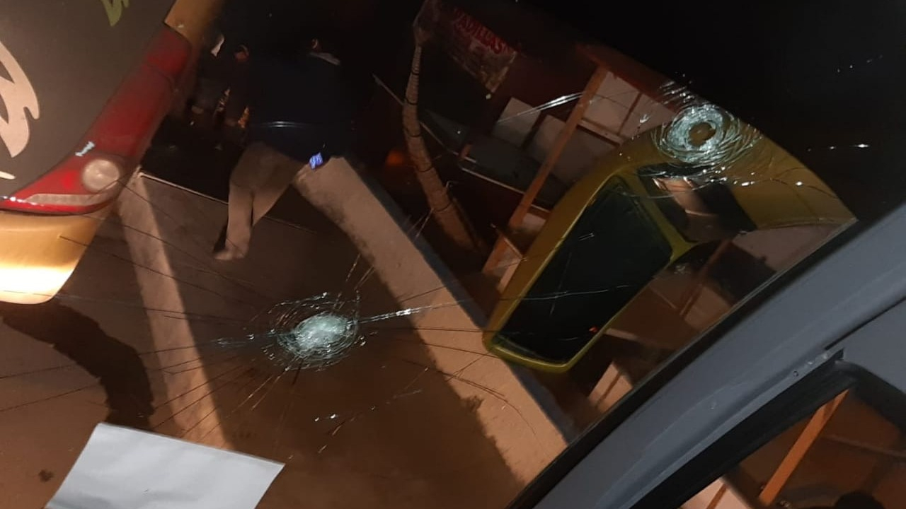 Los pobladores de Huanchaco lanzaron piedras y rompieron los vidrios de las ventanas de los buses.