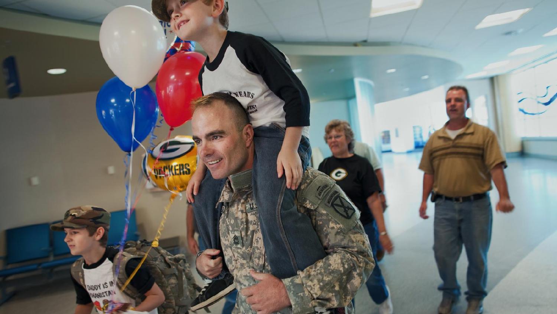 """""""La familia del soldado"""". Estreno 19/6. El sargento de primera clase Brian Eisch sufre una lesión grave en Afganistán. Como consecuencia, él y sus hijos inician un proceso de amor, pérdida, redención y legado."""