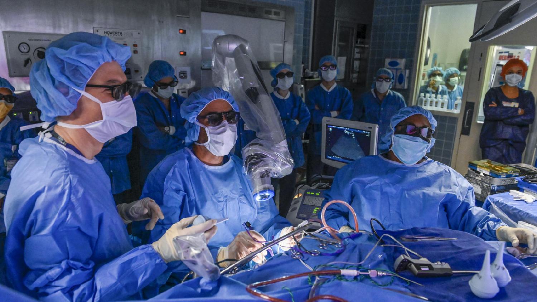 """""""Lenox Hill"""". Estreno 10/6. Desde partos hasta neurocirugía, esta docuserie ofrece una mirada íntima del trabajo de cuatro médicos que salvan vidas en el hospital Lenox Hill de Nueva York."""