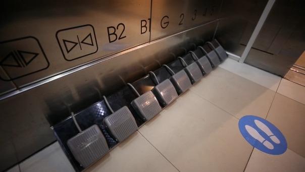 Con dos pedales ubicados en el pasillo, los usuarios pueden llamar al ascensor para subir o bajar. Una vez dentro, los clientes se encuentran con una fila de siete pedales correspondientes a los pisos del centro comercial y el aparcamiento.