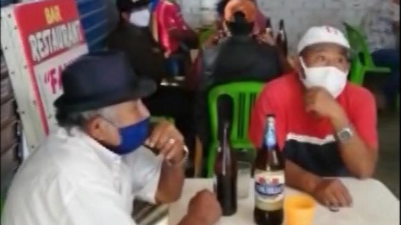 En las mesas, hombres y mujeres bebían incluso de un mismo vaso, sin temor a contagiarse con la COVID-19.