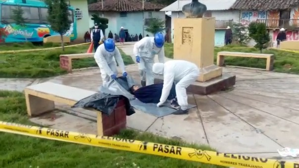 Simulacros de levantamiento de cadáveres con la COVID-19 se realizan en la plaza de armas de la provincia de Julcán.