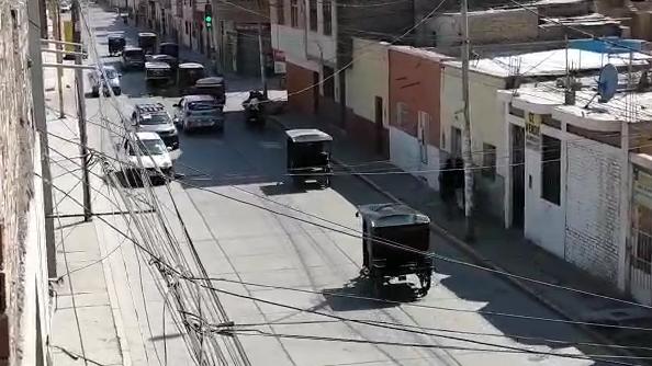 El transporte público de colectivos y morotxis en diferentes calles de Chiclayo