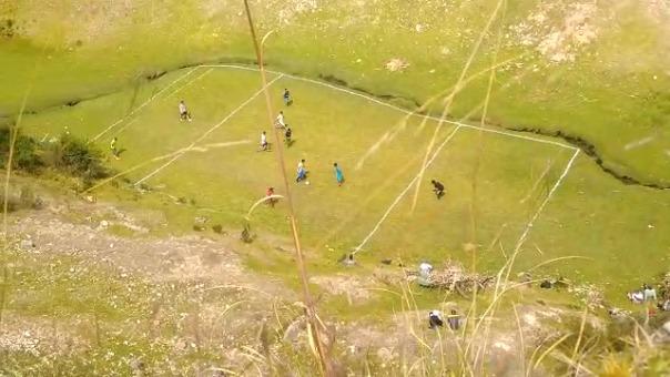 El campeonato de fútbol se desarrollaba en una cancha habilitada en un lugar de difícil acceso.