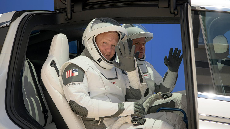Los astronautas se despiden a bordo de un auto Tesla.