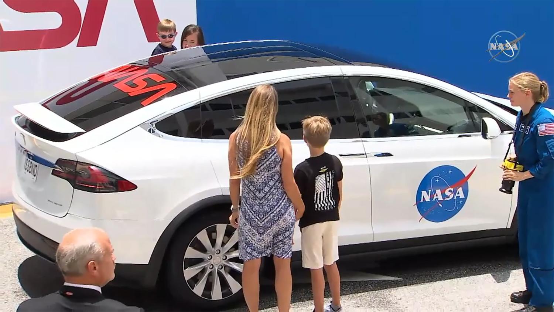 Ambas familias se despiden antes de la misión.