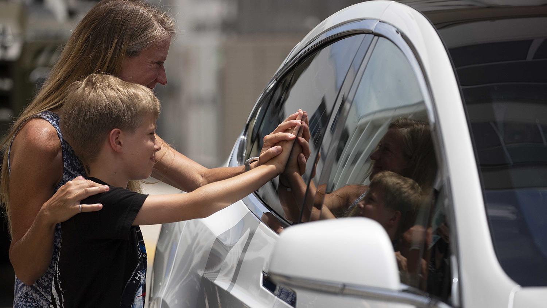 Karen Nyberg se acerca un poco más a su esposo: los separa un vidrio.
